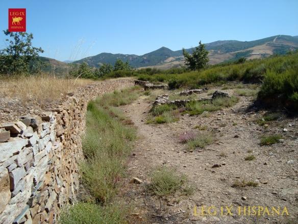 MURALLA CON VISTA A DOS UNICAS EDIFICACIONES EN CASTRO BORRENES - LAS MEDULAS