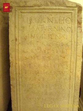 a-altar-con-inscripcion-dedicada-a-marco-cornelio